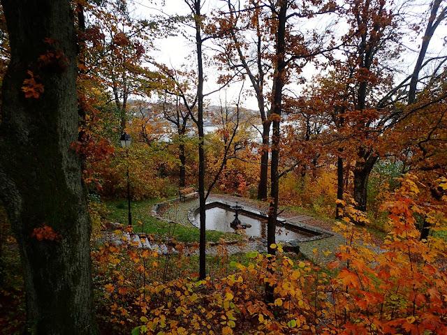 Zejście ze wzgórza. Jest i fontanna