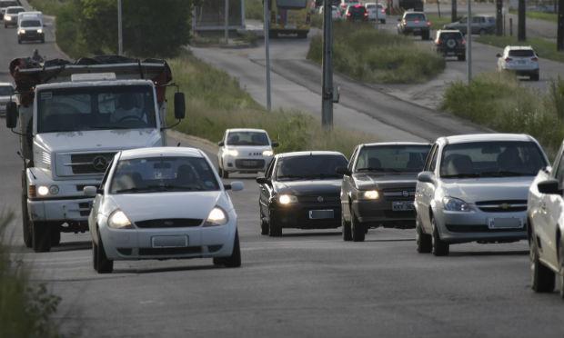Motoristas que trafegarem com farol apagado em BRs de Pernambuco serão multados.