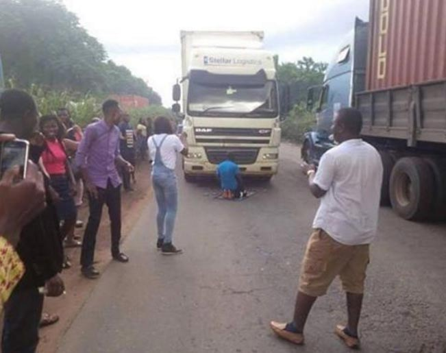 Driver parks trailer to observe muslim prayers in the middle of road causing heavy gridlock