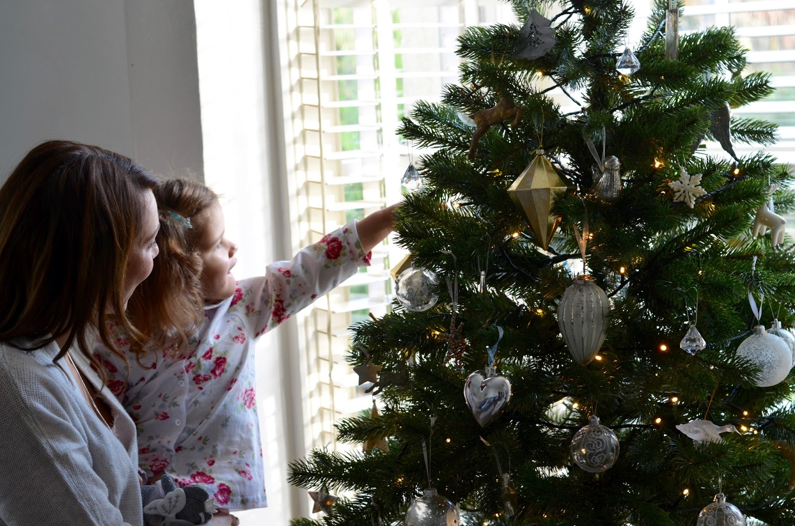 Decorating the Christmas Tree | Blog Me Beautiful