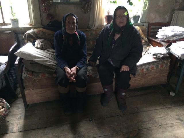 Spärlich eingerichtet ist es bei Olga und Vera im Holzhaus. Bild: flü Tschernobyl Weissrussland Belarus