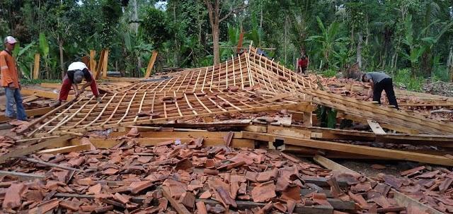 Angin Puting Beliung Hancurkan Rumah Warga