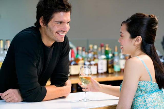 Hombre seduciendo a una mujer en un bar con el lenguaje corporal