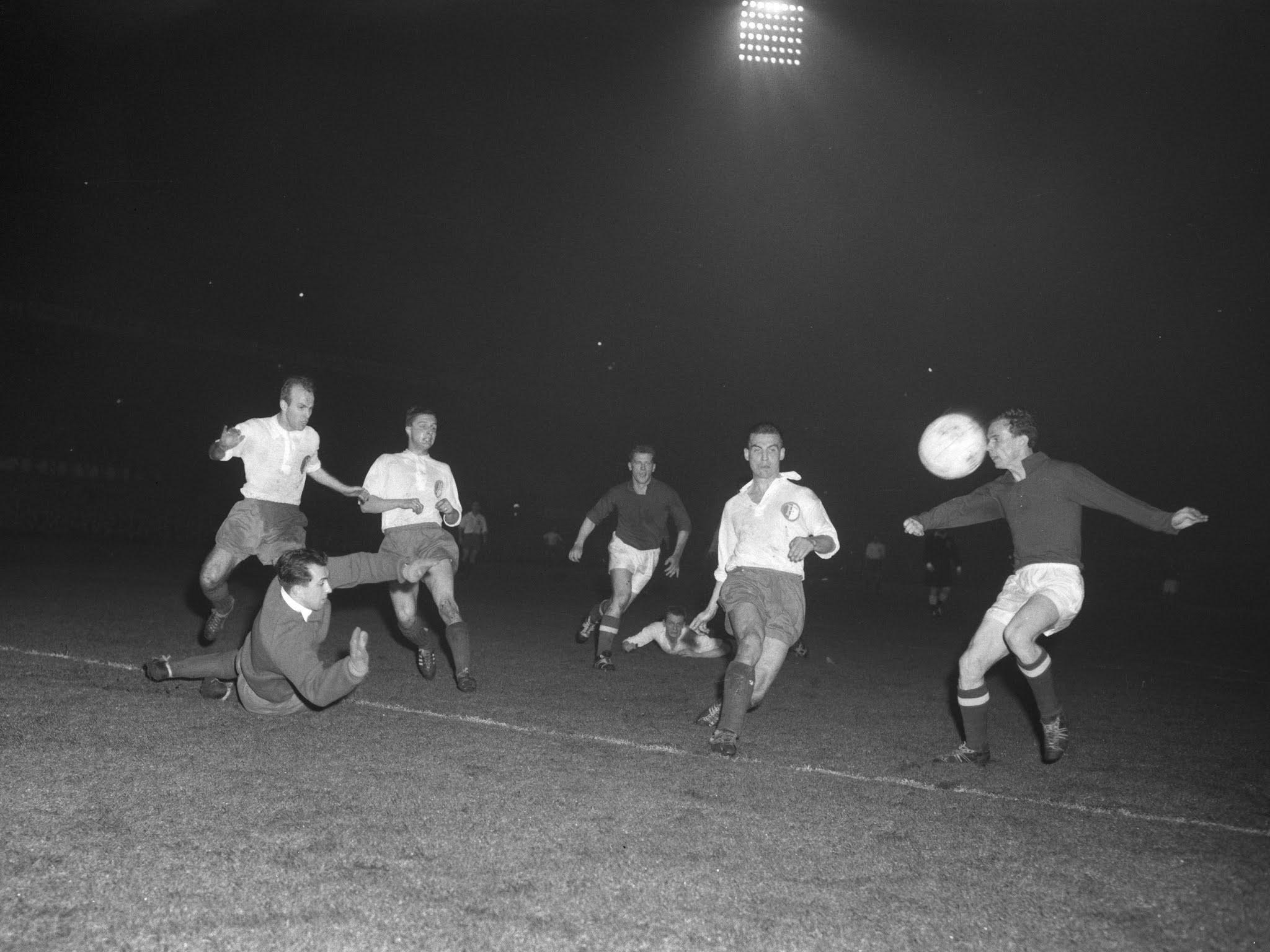 Riny van Woerden, Cor Veldhoen en Gerard Kerkum helpen Eddie Pieters Graafland een goal te voorkomen