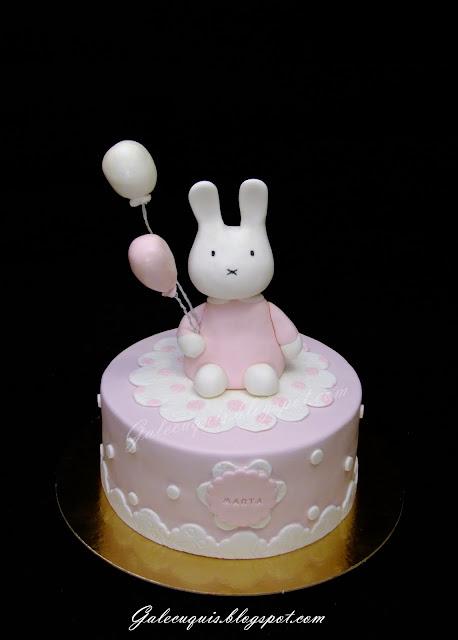 Tarta de bautizo rosa y blanca con conejito