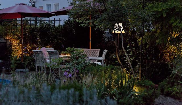 Gartenbeleuchtung modern. Ein beleuchteter Sitzplatz im Garten mit Licht wie im Wohnzimmer - Outdoor Lampe für den Essplatz im Freien - Renate Waas Landschaftsarchitektin
