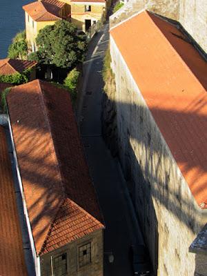 Telhados dos armazéns no Passeio Fluvial de Gaia