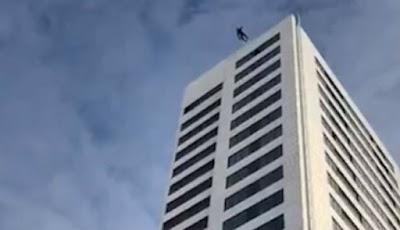 Penerjun jatuh bebas dari gedung setinggi 75 meter