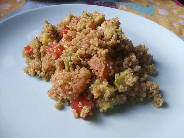 Ensalada de quinoa con salmón y aguacate (microondas)