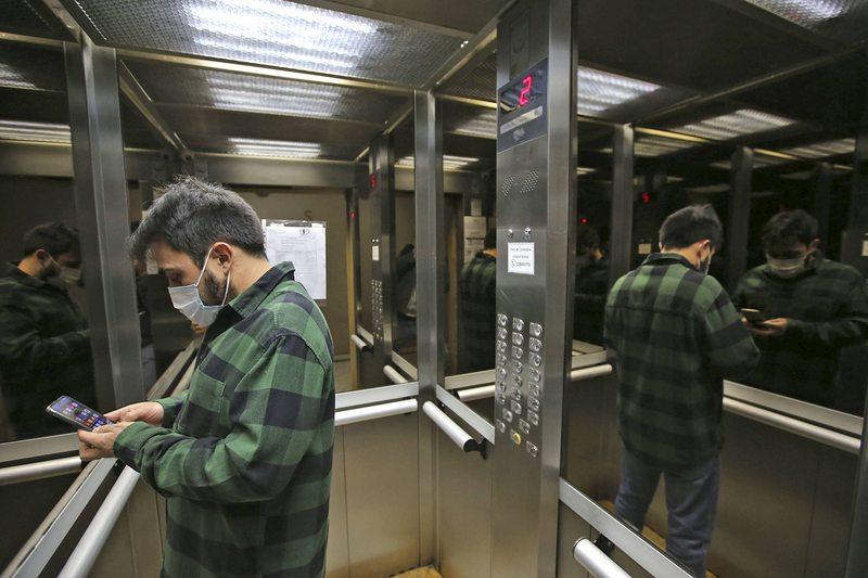 La infinita utilidad de los espejos en los ascensores
