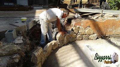 Bizzarri, da Bizzarri Pedras, fazendo a construção das muretas de pedra moledo com as escadas de pedra e o piso de pedra.
