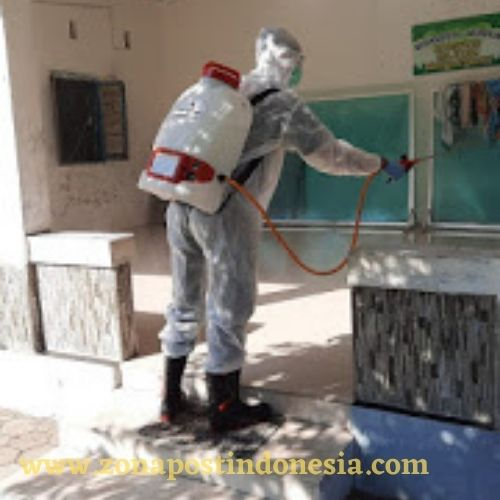 Cegah Penyebaran Covid-19, Petugas PMI Situbondo Lakukan Penyemprotan Disinfektan di Lingkungan Parse