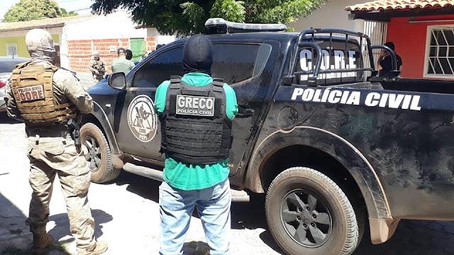 Dupla é presa suspeita de sequestrar frentista, arrombar cofre e roubar R$ 30 mil de posto