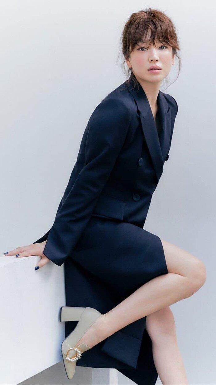 Song Hye Kyo diện trang phục style chớm thu hở vòng một căng đầy cuốn hút