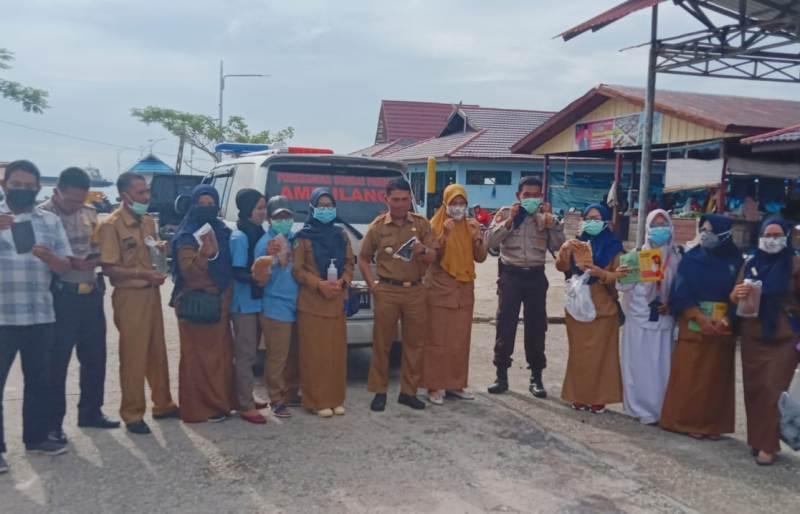 Cegah Covid-19, Camat Bersama UPT Puskesmas dan Dihadiri Oleh Kapolsek Bukit Batu Bagikan Masker di Pasar Baru