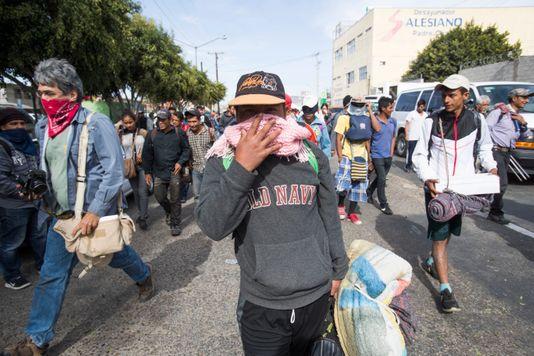 """مسيرة احتجاجية ضد قافلة المهاجرين في تيخوانا ، وهم يرددون """"نعم للمهاجرين ، لا للغزاة!"""""""