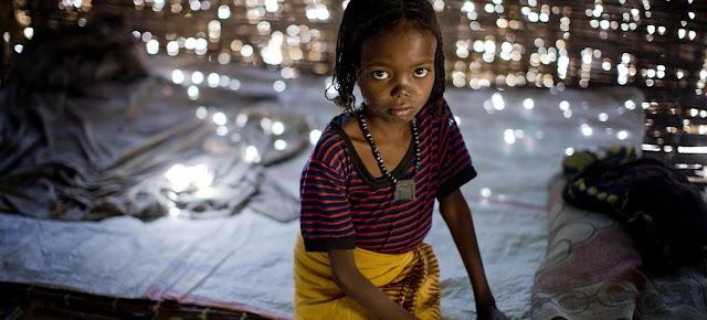 Fatima, 7 años, sentada en su cama, en su casa, en la región de Afar, en Etiopía. Fue sometida a la mutilación genital femenina cuando tenía 1 año.UNICEF/Holt