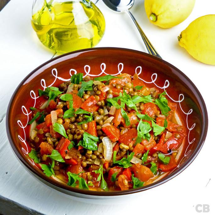 Italiaanse linzenschotel met tomaat, paprika en venkelzaad