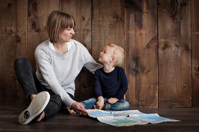 Mutter schaut Kind aufmerksam an