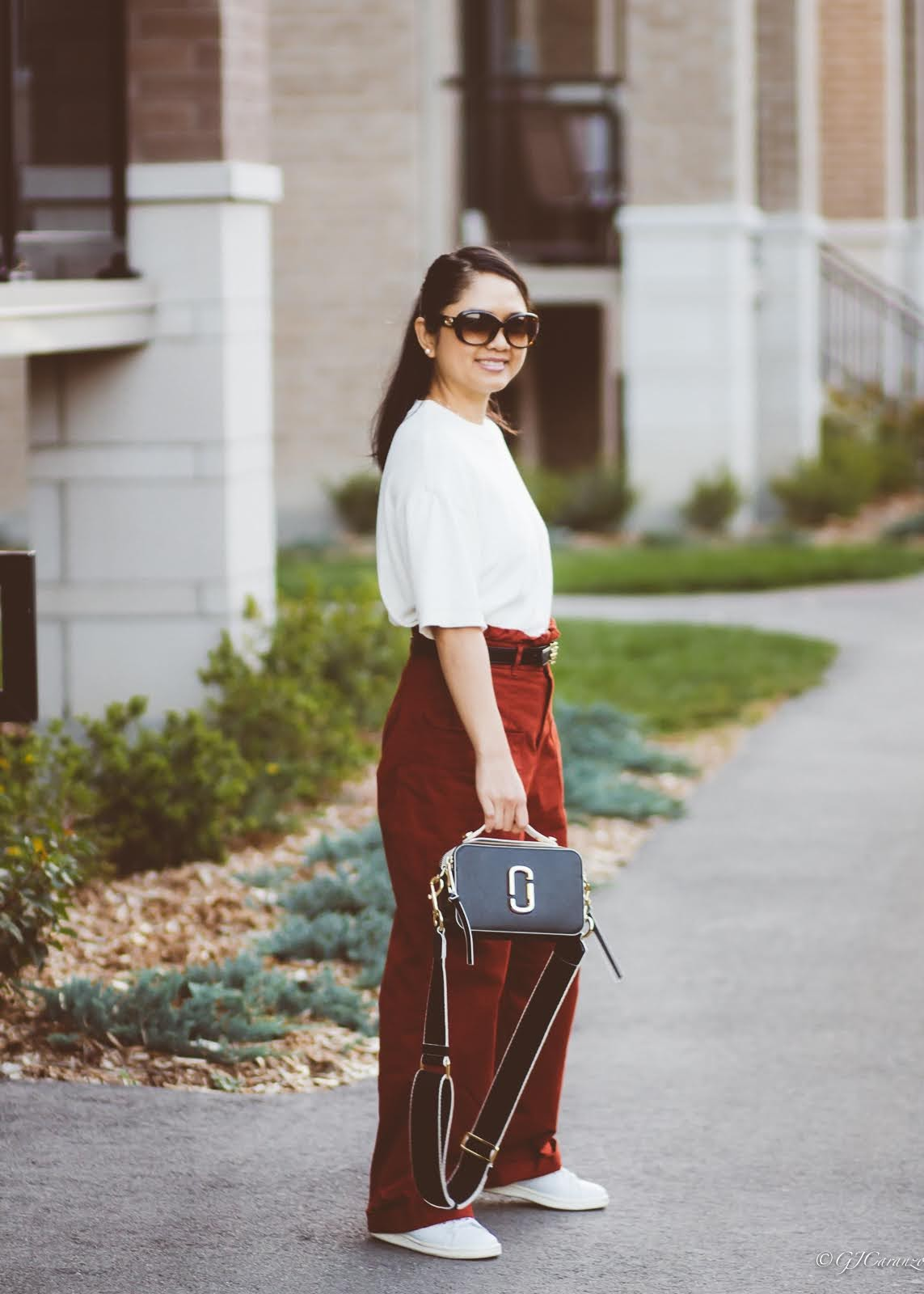 wide leg pants_knitted tshirt_marc jacobs sure shot bag_tory burch reversible belt_adidas stan smith_mom style_petite outfit_fall fashion