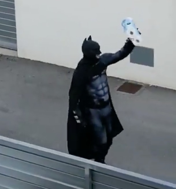 Hombre vestido de Batman salió en busca de papel higiénico y sus vecinos le aplaudieron