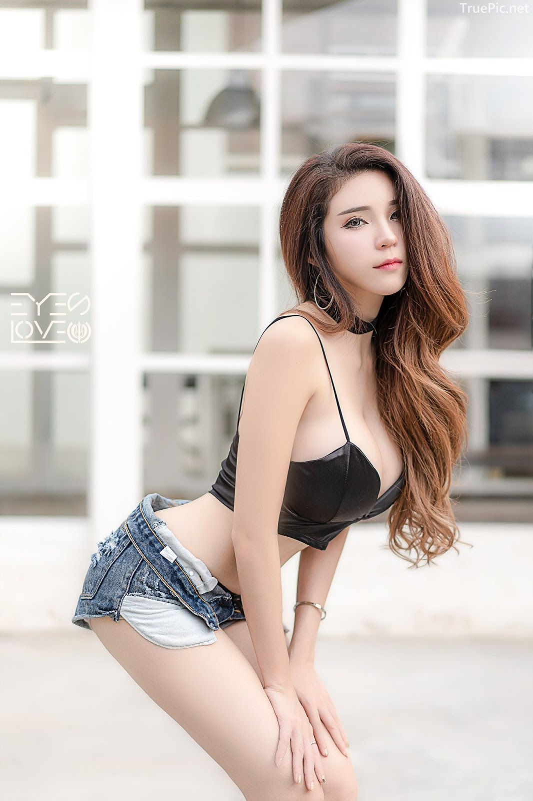 Thailand hot model - Janet Kanokwan Saesim - Black leather and jean - Picture 3