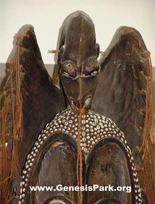 Vista frontale della statua di Ropen.