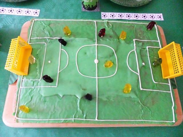 Fußballkuchen, Fußballfeld in grün mit Gummibärchen