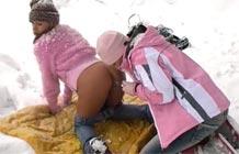 Lésbicas de divertindo na neve