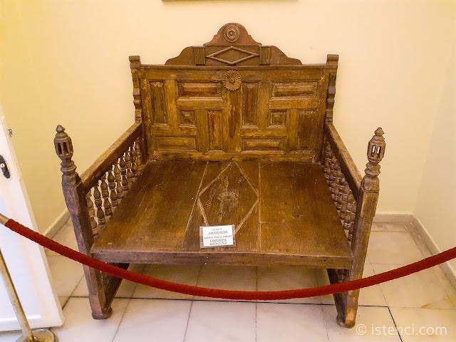 """Barış Manço'nun Tahtı: """"Bal Böceği"""" şarkı klibinde kullandığı taht. Barış Manço'nun kapı olarak satın alıp, ahşap ustasına tahta dönüştürmüştür..."""