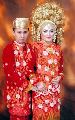 Gambar Pakaian Adat Pengantin Sumatera Barat warna merah