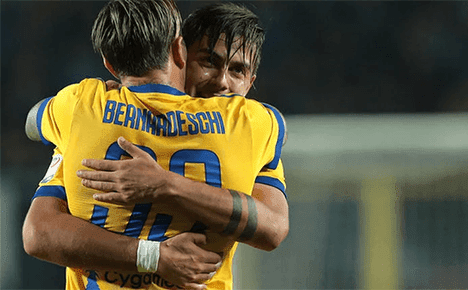 Federico Bernardeschi berpelukan dengan Paulo Dybala usai ia mencetak gol ke gawang Olympiakos