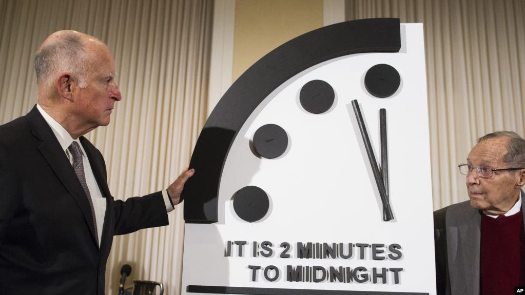 Elex gobernador de California, Jerry Brown, y el ex secretario de Defensa, William Perry, develan el Reloj Apocalíptico durante una conferencia de prensa en la sede en Washington del Boletín de los Científicos Atómicos / AP