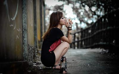 Linda chica sentada sobre la carretera pensando