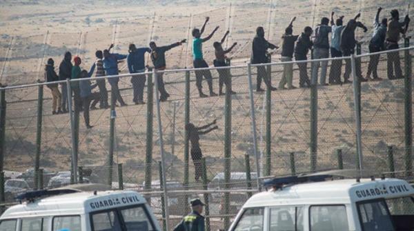بالفيديو: 238 مهاجرا أفريقيا يقتحمون السياج الحدودي ويدخلون مليلية المحتلة