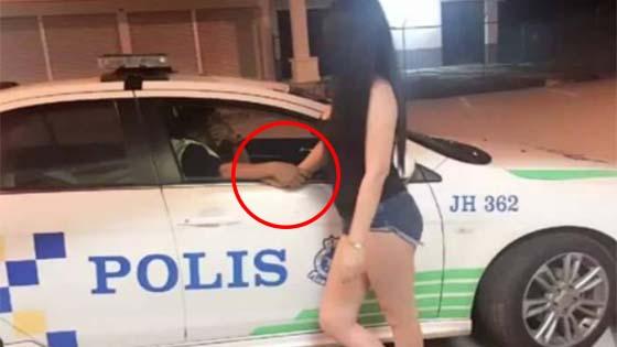 Anggota Polis Sebenarnya Hendak Menolak Tangan Gadis Terbabit