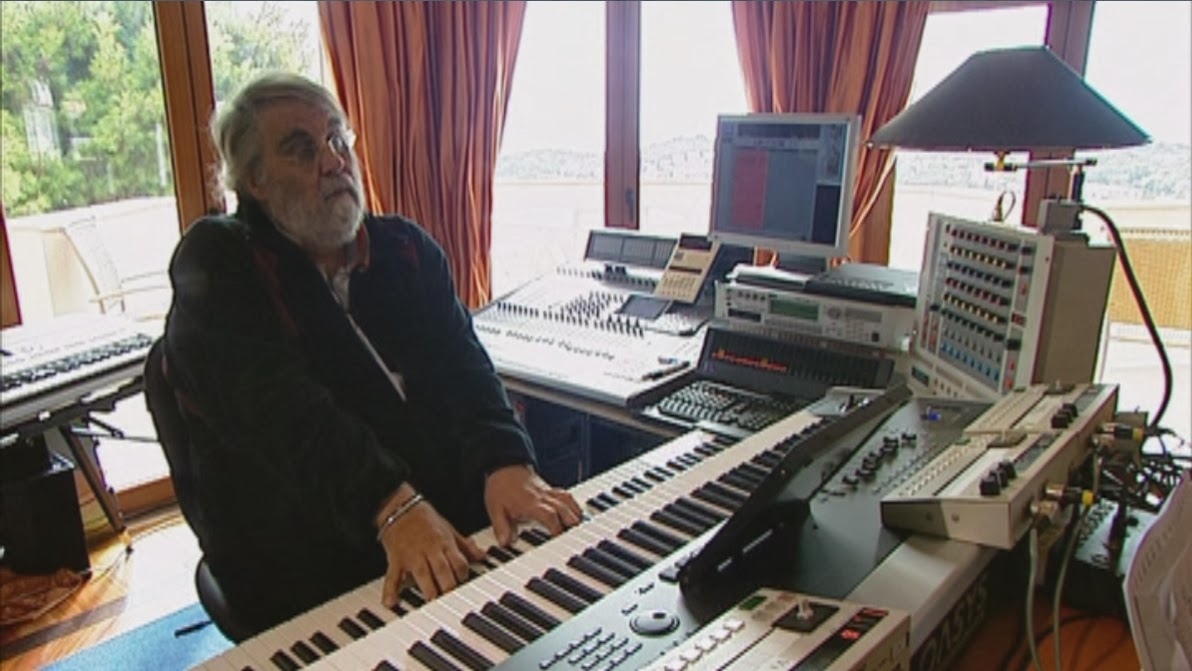 Vangelis con el Korg Oasys y el sistema Direct creando música en su 'home studio' en un fragmento de Vangelis And The Journey To Ithaka (2013).
