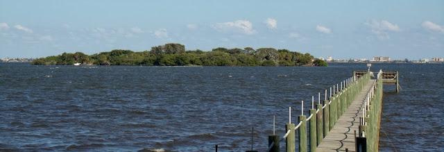 Vista del Banana River con las Barrier Islands de fondo. A la izquierda, una de las Spoil Islands