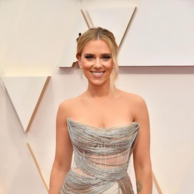 Hot look of Scarlett Johansson in a classy attire