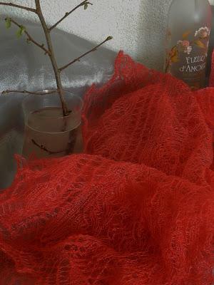 Rode omslagdoeken, rode gebreide sjaals.