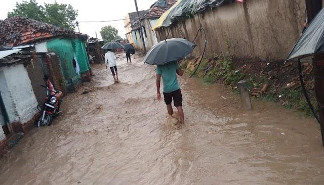 मुसळधार पावसाचे पाणी पवना गावात शिरले पुराचे पाणी; नागरिकांची झाली दैना - wadhona