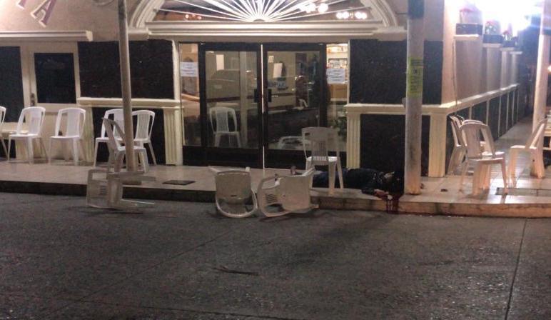 Sicarios llegan a funeraria en Veracruz, acribillan a dos personas y disparan al cadáver
