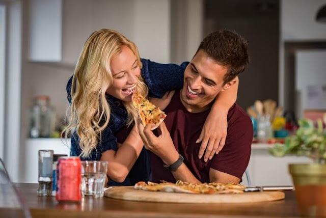 couple-heureux-mangent-pizza