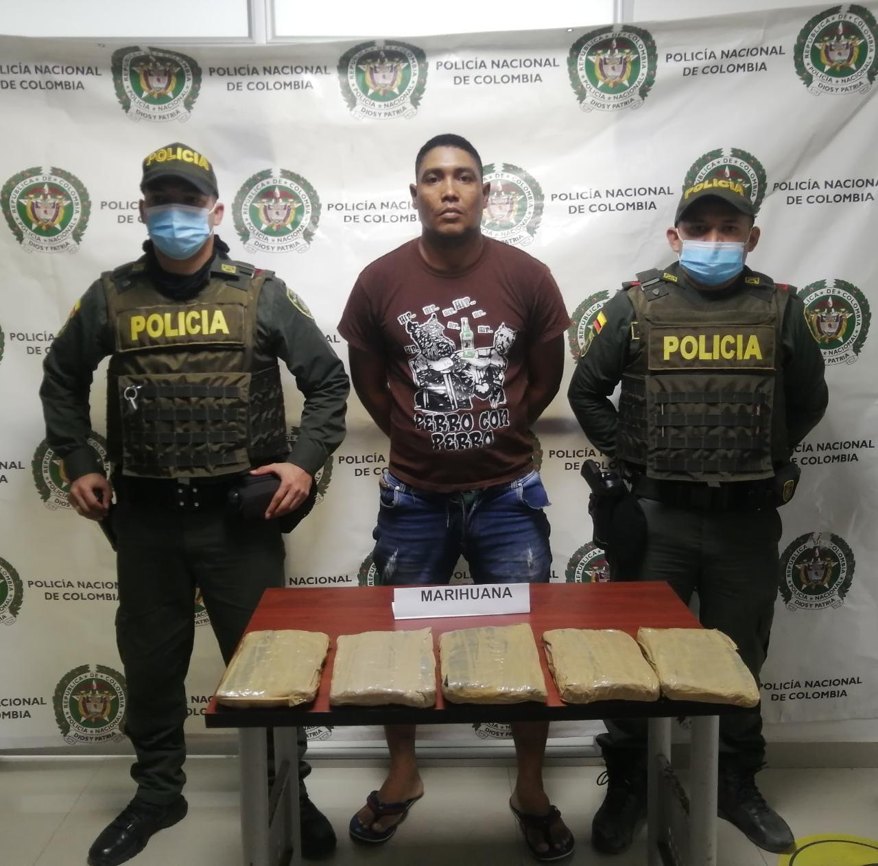 https://www.notasrosas.com/Con más de cinco libras de marihuana Policía Nacional, captura hombre en Riohacha