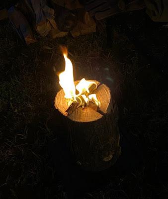 自作のスウェディッシュトーチが燃えている