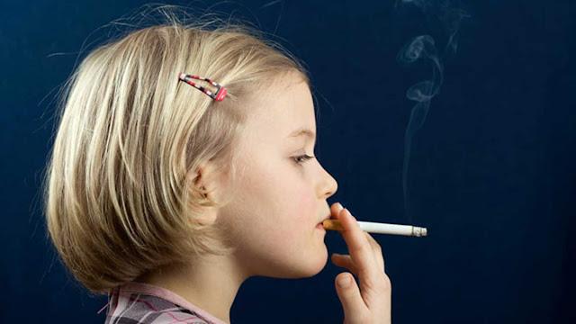 Niña fumadora pasiva