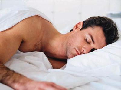 Τι θα συμβεί αν κοιμηθείτε χωρίς ρούχα;