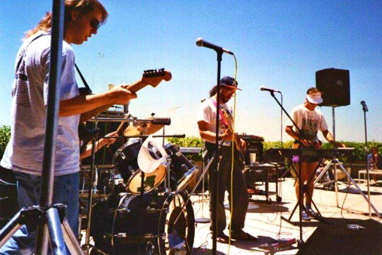 İlk video bir rock on roll topluluğu olan Severe Tire Damage'ın adlı grubun canlı bir konser görüntüsüydü.