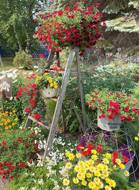 Foto da borda de um jardim de lixo com escada