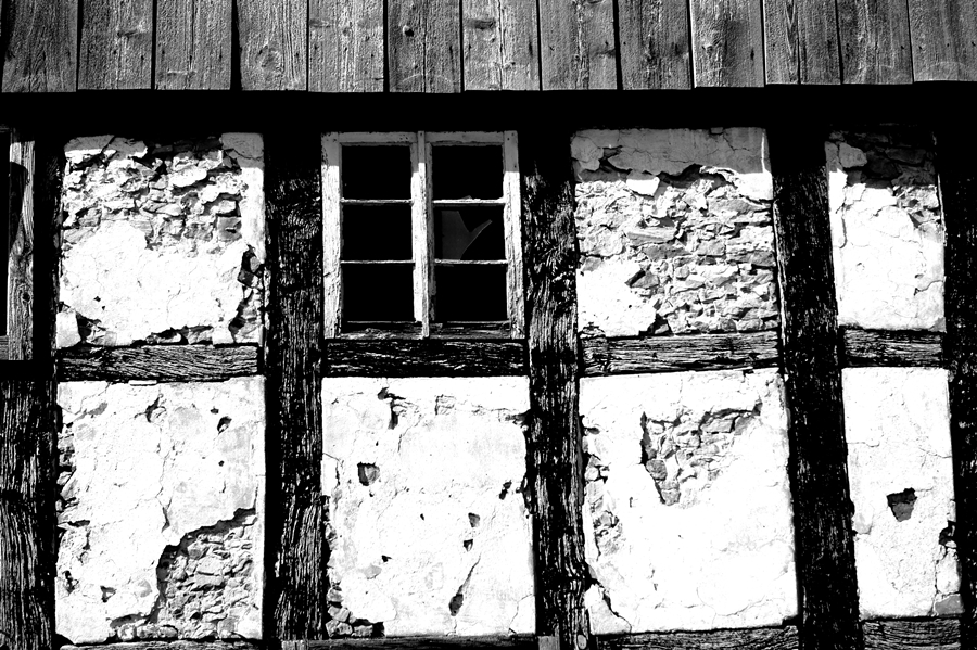 Blog + Fotografie by it's me! | fim.works | SchwarzWeissBlick No 15 | verlassenes Gehöft | Lost Place | zerfallenes Fachwerk | zerschlagenes Fenster